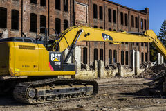 Kokomo -大约2016年11月:毛虫329E水力挖掘机拆毁一家被放弃的工厂III 免版税图库摄影