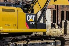 Kokomo -大约2016年11月:毛虫329E水力挖掘机拆毁一家被放弃的工厂IV 免版税图库摄影