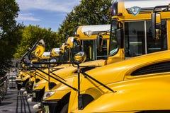 Kokomo - cerca do outubro de 2016: Ônibus escolares amarelos em um lote do distrito que espera para partir para estudantes II imagem de stock