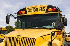 Kokomo - cerca do outubro de 2016: Ônibus escolares amarelos em um lote do distrito que espera para partir para estudantes IV fotos de stock
