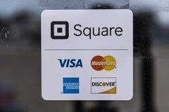 Kokomo - Circa Augustus 2017: De moderne kredietmethodes met inbegrip van Vierkant, Visum, Mastercard, American Express en ontdek stock afbeeldingen
