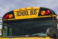 Kokomo - circa octubre de 2016: Autobuses escolares amarillos en una porción del distrito que espera para salir para los estudian Foto de archivo libre de regalías