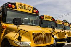 Kokomo - circa octubre de 2016: Autobuses escolares amarillos en una porción del distrito que espera para salir para los estudian Foto de archivo