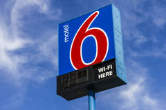 Kokomo - Circa Oktober 2016: Motel 6 Embleem en Signage Motel 6 is een belangrijke ketting van begrotingsmotels II Stock Fotografie