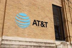 Kokomo - Około Grudzień 2018: ATAT&T ruchliwości radia sklep detaliczny AT&T teraz oferuje IPTV, VoIP, telefony komórkowych i Dir zdjęcia royalty free