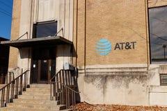 Kokomo - Około Grudzień 2018: AT&T ruchliwości radia sklep detaliczny AT&T teraz oferuje IPTV, VoIP, telefony komórkowych i Direc zdjęcie royalty free