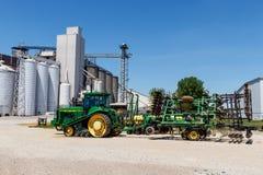Kokomo - Około Maj 2018: John Deere 8400T ciągnik i 726 Glebowy apreter Deere fabrykuje rolniczą maszynerię III obrazy stock