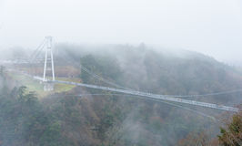 Kokonoe & x22; Yume& x22; Grote Hangbrug in mistige dag Royalty-vrije Stock Fotografie