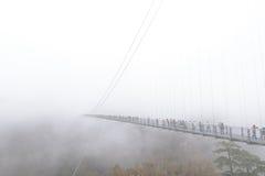 Kokonoe & x22; Yume& x22; Грандиозный висячий мост в туманном дне, оно 173m высокорослое и 390m длиной на Oita, Японии Стоковое Изображение RF