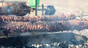 Kokorec和灯唾液在煤炭火 希腊语复活节, Monastiraki,雅典希腊 图库摄影
