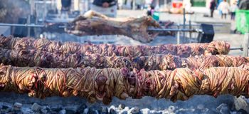 Kokoretsi e churrasco do cordeiro nos espetos exteriores sobre o fogo dos carvões vegetais Feche acima da vista, dos povos borrad foto de stock