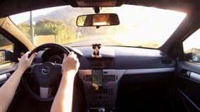 Kokorinsky Dul, Τσεχία - 29 Σεπτεμβρίου 2017: οδηγώντας αυτοκίνητο Opel Astra Χ στον πολύ σπασμένο δρόμο που οδηγεί στο χώρο στάθ φιλμ μικρού μήκους