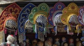 Kokoshniki på försäljning i en souvenir shoppar royaltyfria bilder