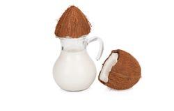 Kokosmelk in een kruik op wit Royalty-vrije Stock Foto's