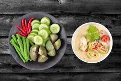 Kokosmelk en de vergiste saus van de sojaboon met gemengde groenten Stock Foto's