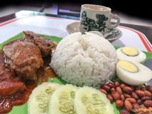 Kokosmilchreis Nasi-lemak mit Kaffee lizenzfreies stockfoto