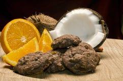 Kokosnöt-, apelsin- och chokladkakor Arkivbild