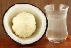 Kokosnöt för olje- förbereda sig Arkivfoto