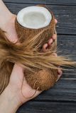 Kokosnöt, händer och hår Royaltyfri Bild