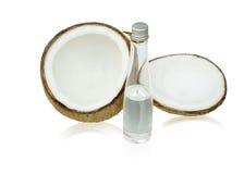 Kokosnöt med kokosnötolja Fotografering för Bildbyråer