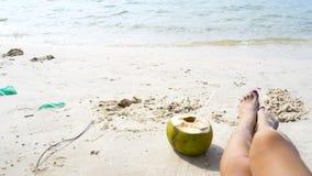 Kokosnöt och ben på den vita stranden royaltyfria foton