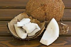 Kokosnöt och stycken av kokosnöten Royaltyfria Foton