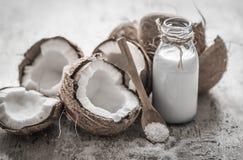 Kokosnöt på träbakgrund Arkivfoton