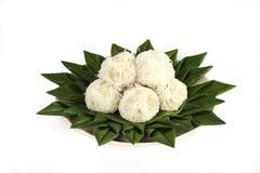 Kokosnötbollar på bananbladet Royaltyfri Foto