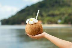Kokosnötdrink i hand arkivfoto
