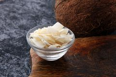 Kokosnöten flagar med den hela kokosnöten Tropiskt matbegrepp arkivbild