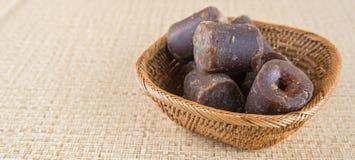 Kokosnöten gömma i handflatan underminerar sockerdropp Arkivfoton