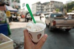 Kokosnöten mjölkar glass royaltyfri foto