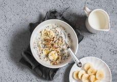 Kokosnöten mjölkar söt quinoahavregröt Den bästa Healty frukosten beskådar Arkivfoton