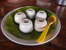 Kokosnöten mjölkar vaniljsås i liten porslinkopp Arkivfoto
