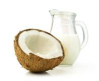 Kokosnöten och kokosnöten mjölkar i en glass krus fotografering för bildbyråer
