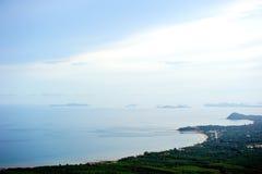 Kokosnötfält från kullen nära havet Arkivfoto