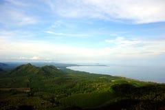 Kokosnötfält från kullen nära havet Royaltyfri Fotografi