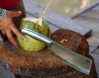 Kokosnötförberedelse: klippa Arkivbild