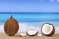 Kokosnötfrukt i sommar på stranden Arkivfoton