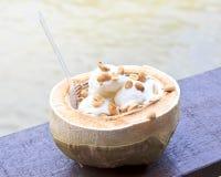 Kokosnötglass med muttrar Arkivfoto