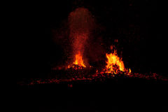 Kokosnöthudar ställde in på brand som ger en varm lägereld, medan bränna Arkivbilder
