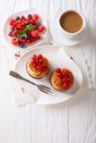 Kokosnötmuffin med bär och kaffe med mjölkar närbild på th Fotografering för Bildbyråer