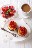 Kokosnötmuffin med vinbär och kaffe med mjölkar närbild på t Arkivfoton