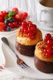 Kokosnötmuffin med vinbär och kaffe med mjölkar närbild ver Arkivfoto