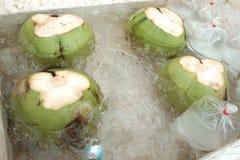 Kokosnötter i kallt vatten på en Thailand marknadsför arkivbild