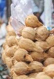 Kokosnötter och Pooja Items utanför templet Royaltyfri Bild
