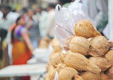 Kokosnötter och Pooja Items utanför templet Royaltyfri Fotografi