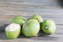 Kokosnötter på golvet Arkivbilder