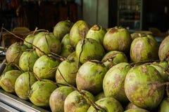 Kokosnüsse angezeigt am Straßenlebensmittelstall Stockbild