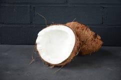 Kokosnüsse auf dunklem Hintergrund Kopieren Sie Platz Stockbilder